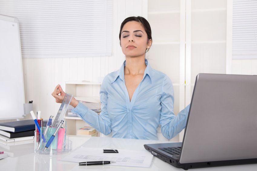 Frau entspannt sich in der Mittagspause mit Meditation