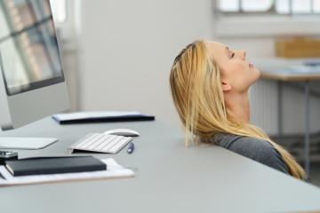 frau im büro braucht eine pause