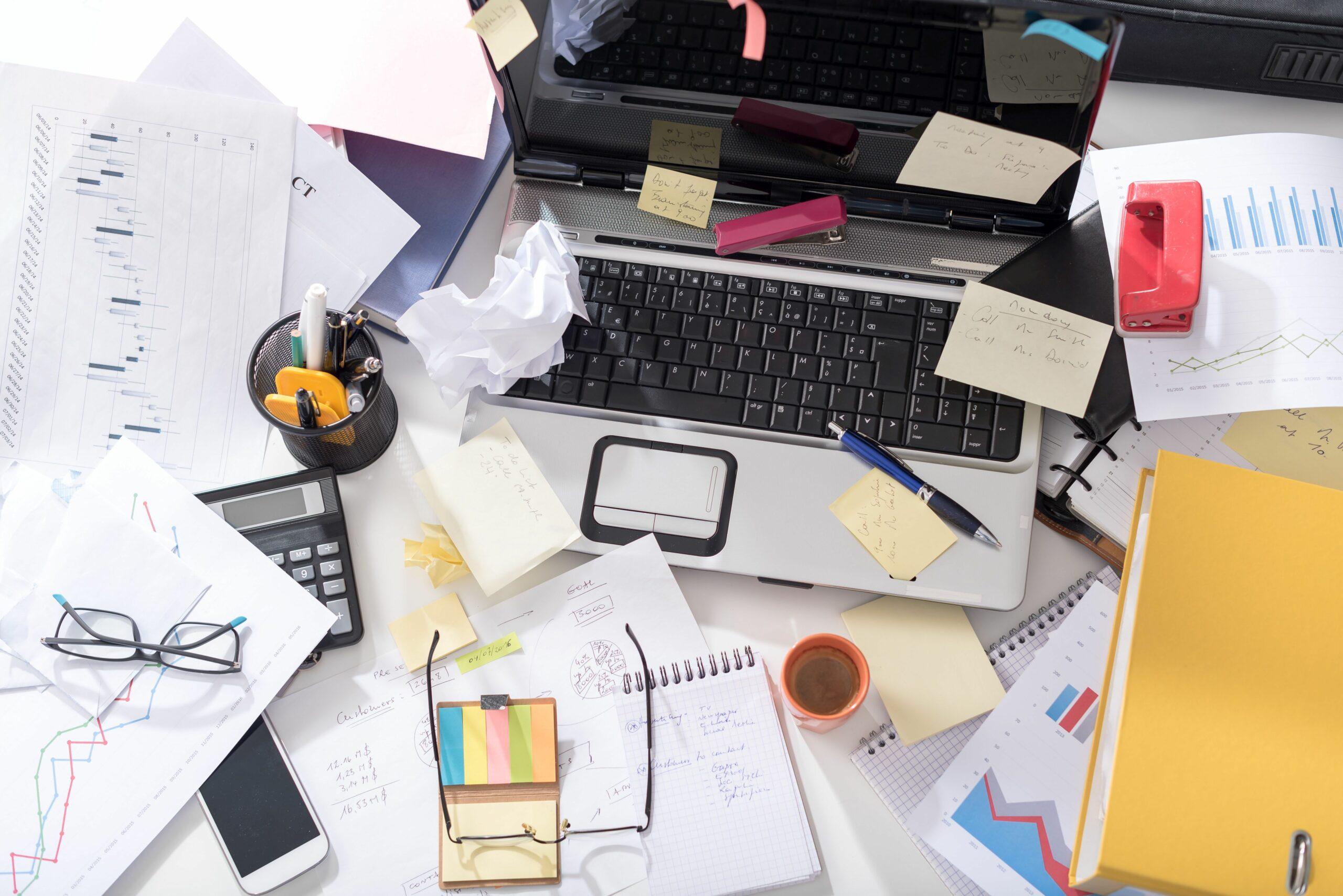 Unordentlicher, chaotischer Schreibtisch